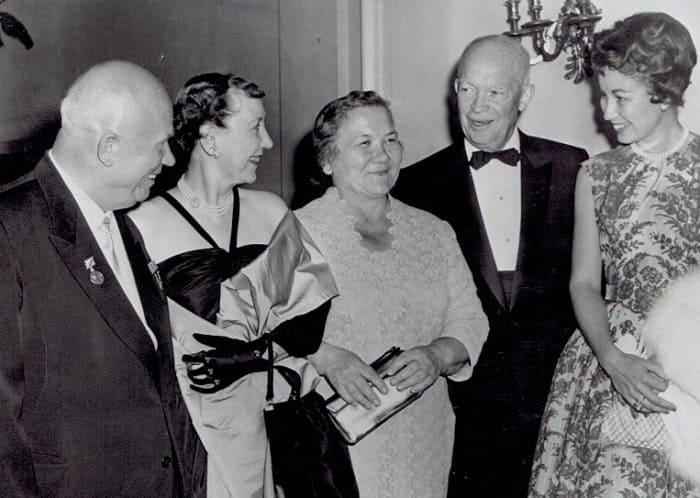Никита Хрущев с супругой на встрече с президентом США Дуайтом Эйзенхауэром в Вашингтоне, 1959 | Фото: abnews.ru